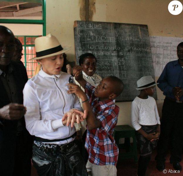Madonna et ses enfants David et Mercy dans une salle de classe du Centre pour enfants de Mphandula à Mchinji au Malawi, le 5 avril 2013.