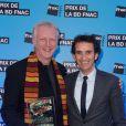 Riff Reb's pose avec Alexandre Bompard lors de la cérémonie du 1er Prix de la BD Fnac, qui lui a été attribué pour  Le Loup des mers , à Paris le 9 avril 2013.
