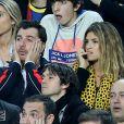 Michaël Youn et Isabelle Funaro, stressés lors du match entre le Paris Saint-Germain et le FC Barcelone au Camp Nou de Barcelone le 10 avril 2013 en quart de finale de Ligue des Champions (1-1)