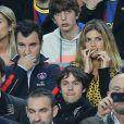 Michaël Youn et Isabelle Funaro lors du match entre le Paris Saint-Germain et le FC Barcelone au Camp Nou de Barcelone le 10 avril 2013 en quart de finale de Ligue des Champions (1-1)