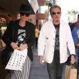 Johnny et sa femme Laeticia en balade à Beverly Hills, le 9 avril 2013.