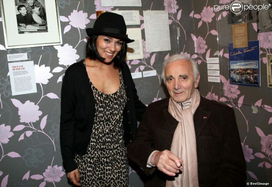 """Sonia Lacen et Charles Aznavour - Vernissage de l'exposition """"Trenet : Le Fou chantant de Narbonne à Paris"""" à la Galerie des Bibliothèques à Paris, le 11 avril 2013."""