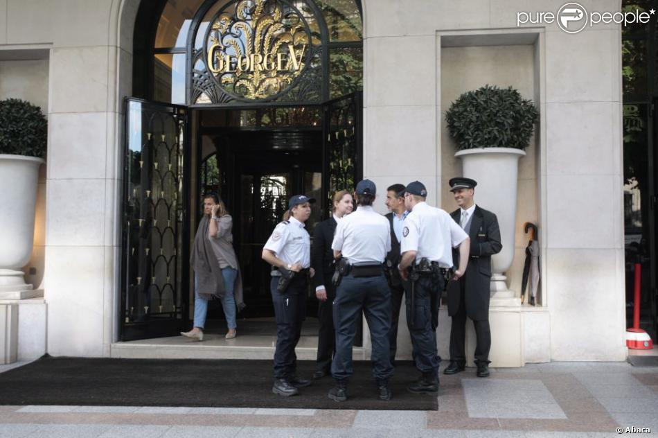 Des policiers devant l 39 h tel george v paris le 12 juin for Reservation hotel france sans payer