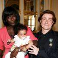 Thierry Fremont, tout juste faitOfficier de l'ordre des Arts et des Lettres, avec sa fille Ines et sa compagne Gina à Paris, le 17 avril 2013.