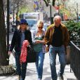 Sienna Miller et ses parents à New York, le 17 avril 2013.