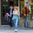Sienna Miller sort d'un restaurant avec ses parents, à New York, le 17 avril 2013.
