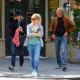 Sienna Miller et ses parents Josephine et Edwin à la sortie du restaurant  Cafe Cluny  à New York, le 17 avril 2013.