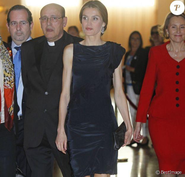 La princesse Letizia d'Espagne a assisté à un concert pour les 80 ans de la Fondation Luca de Tena, à Madrid le 18 avril 2013. La fondation a été créée par Torcuato Luca de Tena y Álvarez-Ossorio afin d'aider les veuves et les orphelins des journalistes et autres employés de la presse écrite espagnole.