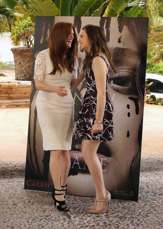 Julianne Moore etChloë Grace Moretz complices pour le photocall de Carrie à Cancun, Mexique, le 18 avril 2013.