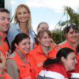 Adriana Karembeu pose avec les bénévoles de la Croix-Rouge le 20 avril 2013 au Rolex Masters de Monte-Carlo