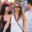 Jessica Alba, toujours aussi lookée, et son mari Cash Warren, plus amoureux que jamais, au festival de musique de Coachella en compagnie de leurs amis, à Indio les 19 et 20 avril 2013