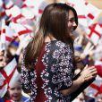 Kate Middleton le 23 avril 2013 en visite à l'école The Willows de Wythenshawe, dans la région de Manchester, pour la promotion du programme M-PAC, soutenu par la Fondation du duc et de la duchesse de Cambridge et du prince Harry, mais aussi Place2Be et Action on Addiction, deux associations dont elle assume le patronage.