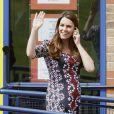 Kate Middleton, enceinte de 6 mois, en visite le 23 avril 2013 à l'école The Willows de Wythenshawe, dans la région de Manchester, pour la promotion du programme M-PAC, soutenu par la Fondation du duc et de la duchesse de Cambridge et du prince Harry, mais aussi Place2Be et Action on Addiction, deux associations dont elle assume le patronage.