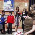 Kate Middleton enceinte, en Erdem, en visite à l'école The Willows de Wythenshawe, dans la région de Manchester, le 23 avril 2013 pour la promotion du programme M-PAC, soutenu par la Fondation du duc et de la duchesse de Cambridge et du prince Harry, mais aussi Place2Be et Action on Addiction, deux associations dont elle assume le patronage.