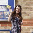 Kate Middleton, en Erdem, enceinte de 6 mois, en visite à l'école The Willows de Wythenshawe, dans la région de Manchester, pour la promotion du programme M-PAC, soutenu par la Fondation du duc et de la duchesse de Cambridge et du prince Harry, mais aussi Place2Be et Action on Addiction, deux associations dont elle assume le patronage.
