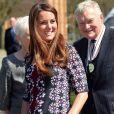La duchesse Catherine de Cambridge, enceinte de 6 mois et habillée en Erdem, en visite à l'école The Willows de Wythenshawe, dans la région de Manchester, le 23 avril 2013 pour la promotion du programme M-PAC, soutenu par la Fondation du duc et de la duchesse de Cambridge et du prince Harry, mais aussi Place2Be et Action on Addiction, deux associations dont elle assume le patronage.
