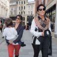 Kourtney Kardashian, son fils Mason et sa mère Kris Jenner font les boutiques à Londres. Le 24 avril 2013.