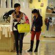 Kourtney Kardashian et sa mère Kris Jenner profitent de leur passage à Londres pour faire du shopping. Le 24 avril 2013.