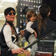 Kourtney Kardashian, son fils Mason et sa mère Kris Jenner font du shopping au centre commercial Selfridges. Londres, le 24 avril 2013.