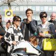 Kourtney Kardashian, son conjoint Scott Disick, leurs deux enfants Mason et Penelope et sa mère Kris Jenner arrivent à l'aérport d'Heathrow à Londres. Le 24 avril 2013.