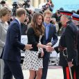 Kate Middleton, enceinte de six mois, et les princes William et Harry inauguraient les studios de la Warner Bros. à Leavesden, dans le Hertfordshire, le26 avril 2013.