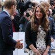 Kate Middleton, enceinte de six mois de son premier enfant, inaugurait avec les princes William et Harry les studios de la Warner Bros. à Leavesden, dans le Hertfordshire, le26 avril 2013.