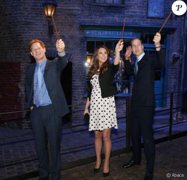 Avada kedavra ! Kate Middleton, enceinte, le prince William et le prince Harry ont plongé avec plaisir dans l'univers de Harry Potter lors de l'inauguration des studios Warner Bros. dans le Hertfordshire le 26 avril 2013.