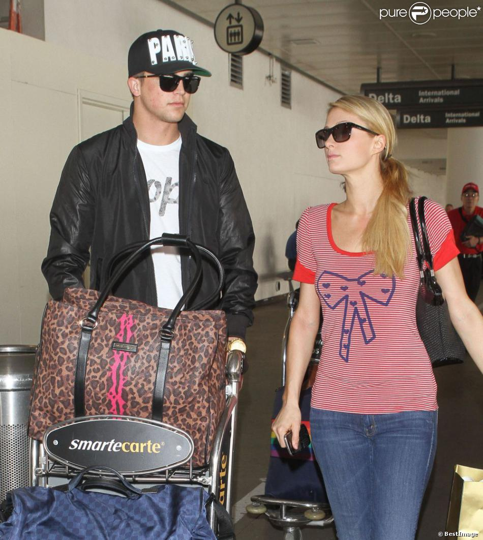 Paris Hilton et son petit ami River Viiperi à l'aéroport de Los Angeles, le 26 avril 2013.