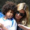 Heidi Klum, surpportrice tendre avec son fils Johan lors de son match de football dans le quartier de Brentwood. Los Angeles, le 27 avril 2013.