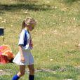 Leni, 8 ans, ballon au pied pendant son match de foot. Los Angeles, le 27 avril 2013.