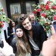 Harry Styles sort de son hôtel, le 28 avril 2013. Il a pris quelques photos avec des fans avant d'aller se promèner à Montmartre.
