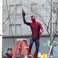 Andrew Garfield s'élance d'une échelle sur le tournage de The Amazing Spider-Man 2 à New York le 28 avril 2013.