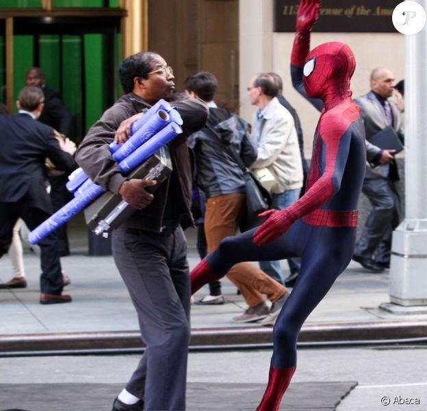 Spider-man aka Andrew Garfield en action face à Jamie Foxx sur le tournage de The Amazing Spider-Man 2 à New York le 28 avril 2013.