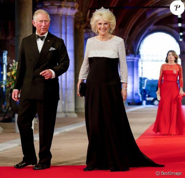 Le prince Charles et Camilla Parker-Bowles arrivant au dîner d'adieu de la reine Beatrix des Pays-Bas, à Amsterdam, le 29 avril 2013