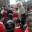 Camilla Parker Bowles en visite à Middlesbourgh le 2 mai 2013 dans le cadre d'une opération du National Literacy Trust, dont elle est la marraine.