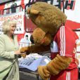 """"""" Camilla Parker Bowles en visite à Middlesbourgh le 2 mai 2013 dans le cadre d'une opération du National Literacy Trust, dont elle est la marraine. """""""