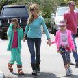 L'acteur Denise Richards va déjeuner avec son père et ses filles Sam et Lola à Los Angeles, le 8 mai 2013.