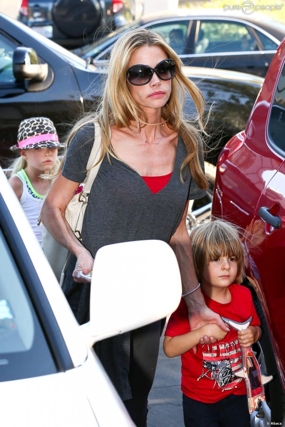 Denise Richards, ses filles Sam, Eloise et Lola mais aussi les jumeaux de Brooke Mueller et Charlie Sheen, Bob et Max, le 13 mai 2013 à Los Angeles.