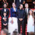 Sabrina Ouazani, Bérénice Bejo, Tahar Rahim, Elyes Aguis, Jeanne Jestin, Pauline Burlet et Asghar Farhadi montent les marches du Palais des Festivals pour la présentation de leur film, Le Passé. Cannes, le 17 mai 2013.