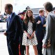 Kate Middleton lors de sa visite aux studios Warner dans le Hertforshire le 26 avril 2013. Le 11 mai, elle portait la même robe Topshop au mariage de William van Cutsem et Rosie Ruck Keene, à Ewelme.
