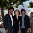 Tomer Sisley (qui arbore une montre Nicolas Rieussec de Montblanc), Margot Bancilhon (vêtue d'une robe noire Paul Ka et bijoux Montblanc), et Vincent Heneine (habillé en The Kooples) fêtent les 20 ans des talents de l'Adami lors du 66e Festival de Cannes, le 20 mai 2013.