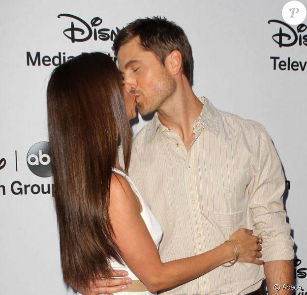 Roselyn Sanchez et son chéri Eric Winter à la soirée de présentation de la grille de rentrée de Disney Media Networks International à Walt Disney Studios à Burbank, Los Angeles, le 19 mai 2013.