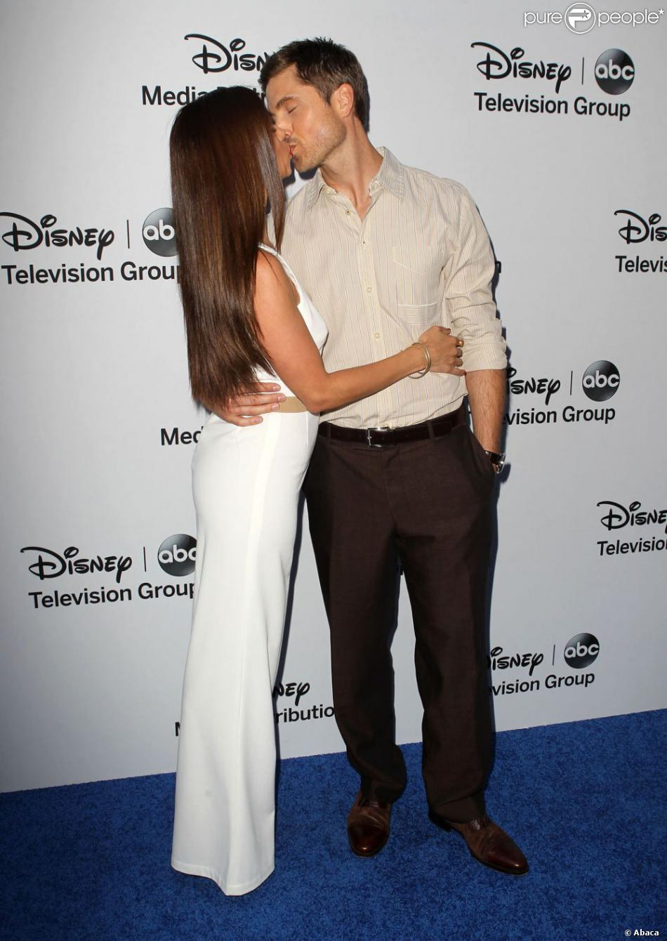 Roselyn Sanchez et son chéri Eric Winter à la soirée de présentation de la grille de rentrée de Disney Media Networks International à Walt Disney Studios à Burbank, Los Angeles, le 19 mai 2013.