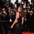 Irina Shayk électrise le tapis rouge du Palais des festivals lors du 66e Festival de Cannes, le 22 mai 2013.