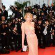 Petra Nemcova, sexy et glamour, sur le tapis rouge du Palais des festivals lors du 66e Festival de Cannes, le 22 mai 2013.