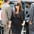 Kim Kardashian enceinte et chic en noir et blanc, porte un cardigan Valentino, une robe Stella McCartney, une pochette Lanvin et des sandales Giuseppe Zanotti x Kanye West. New York, le 22 avril 2013.