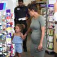 Halle Berry, enceinte,avec sa fille Nahla faire des photos d'identité à Los Angeles, le 24 mai 2013.