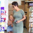 Halle Berry, enceinte, emmène sa fille Nahla faire des photos d'identité à Los Angeles, le 24 mai 2013.