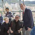 Le prince Albert de Monaco et la princesse Charlene posent avec des handicapés qui assistaient aux essais du Grand Prix de Monaco le 25 mai 2013 à Monaco, et qui ont accès gratuitement à une tribune pour regarder à la course sur la volonté du couple princier