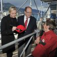 Le prince Albert de Monaco et la princesse Charlene ont signé des autographes lors de leur rencontre avec des handicapés qui assistaient aux essais du Grand Prix de Monaco le 25 mai 2013 à Monaco, gratuitement sur la volonté du couple princier